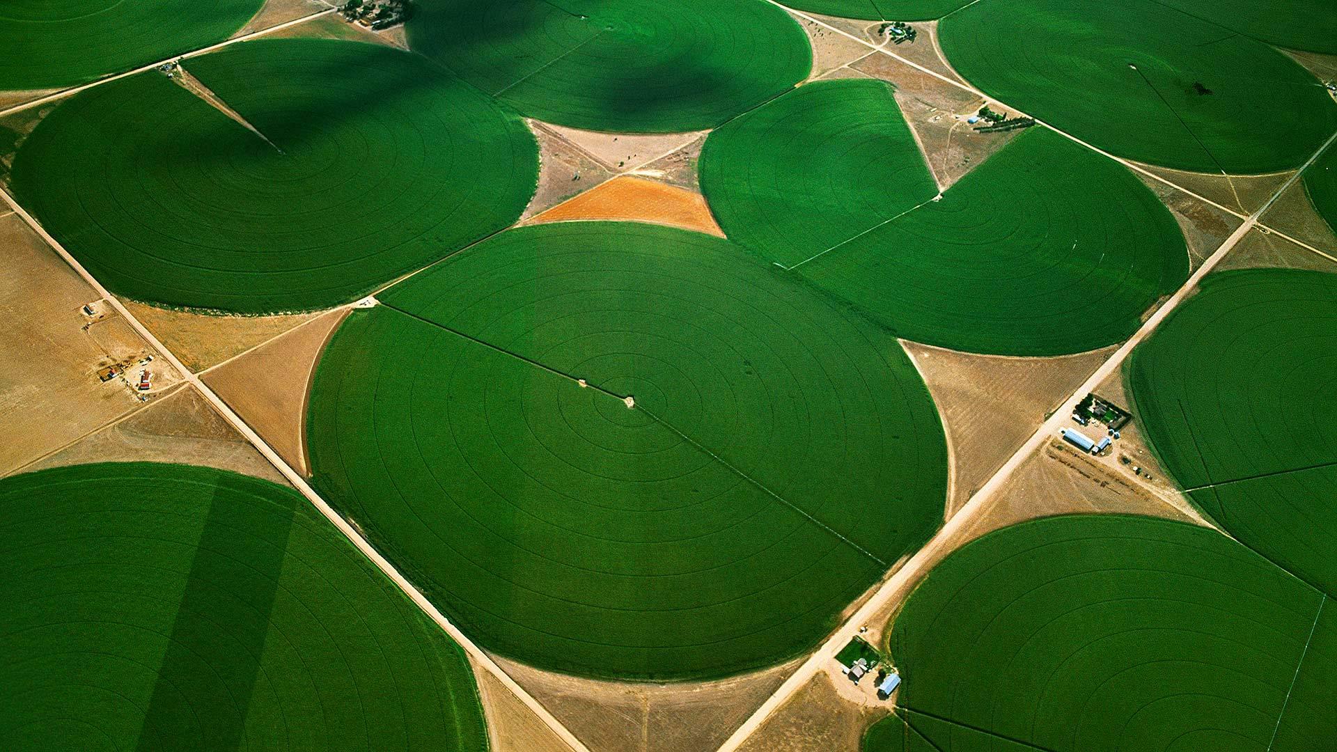 「センターピボット」米国コロラド州, モーガン郡 (© Jim Wark/Getty Images)