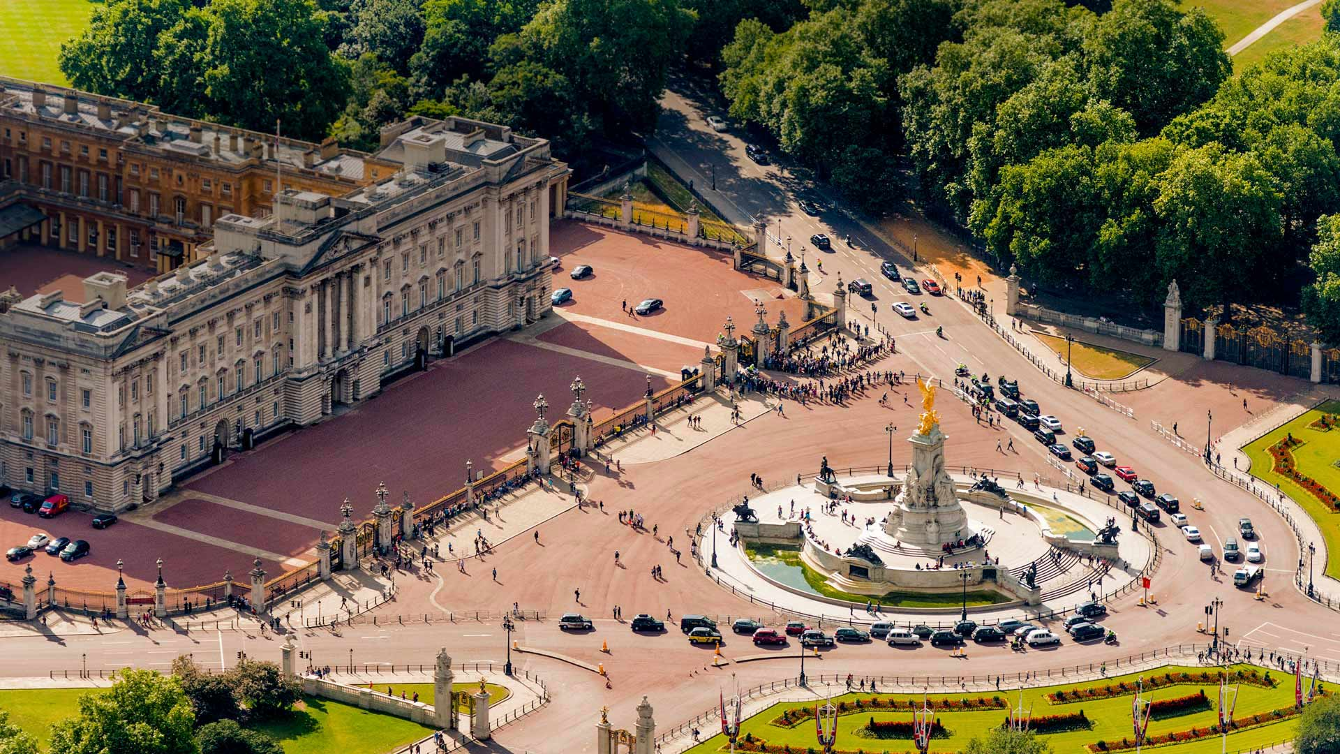 「バッキンガム宮殿とクイーンビクトリア記念碑」イギリス, ロンドン (© CTC Creative/Offset)