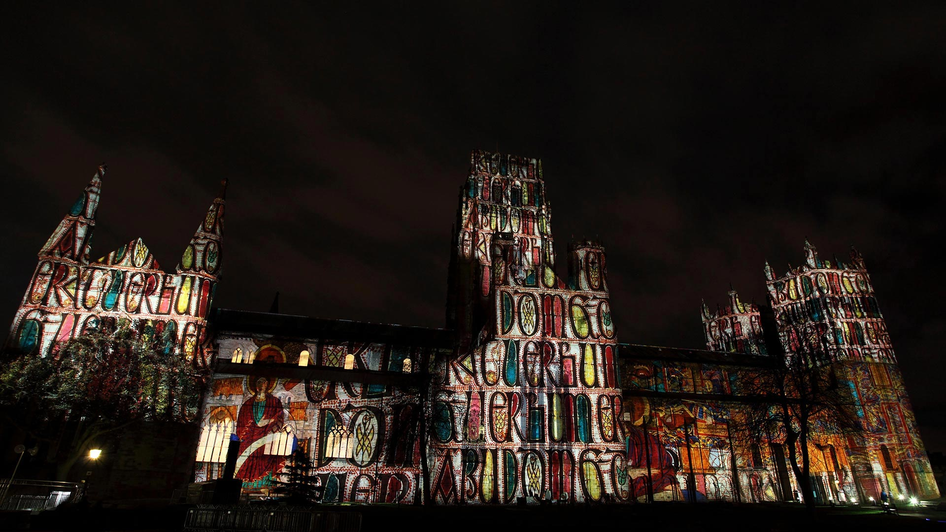 「ダラム大聖堂のプロジェクション・マッピング」イギリス, ダラム州 (© Stuart Forster/Alamy)