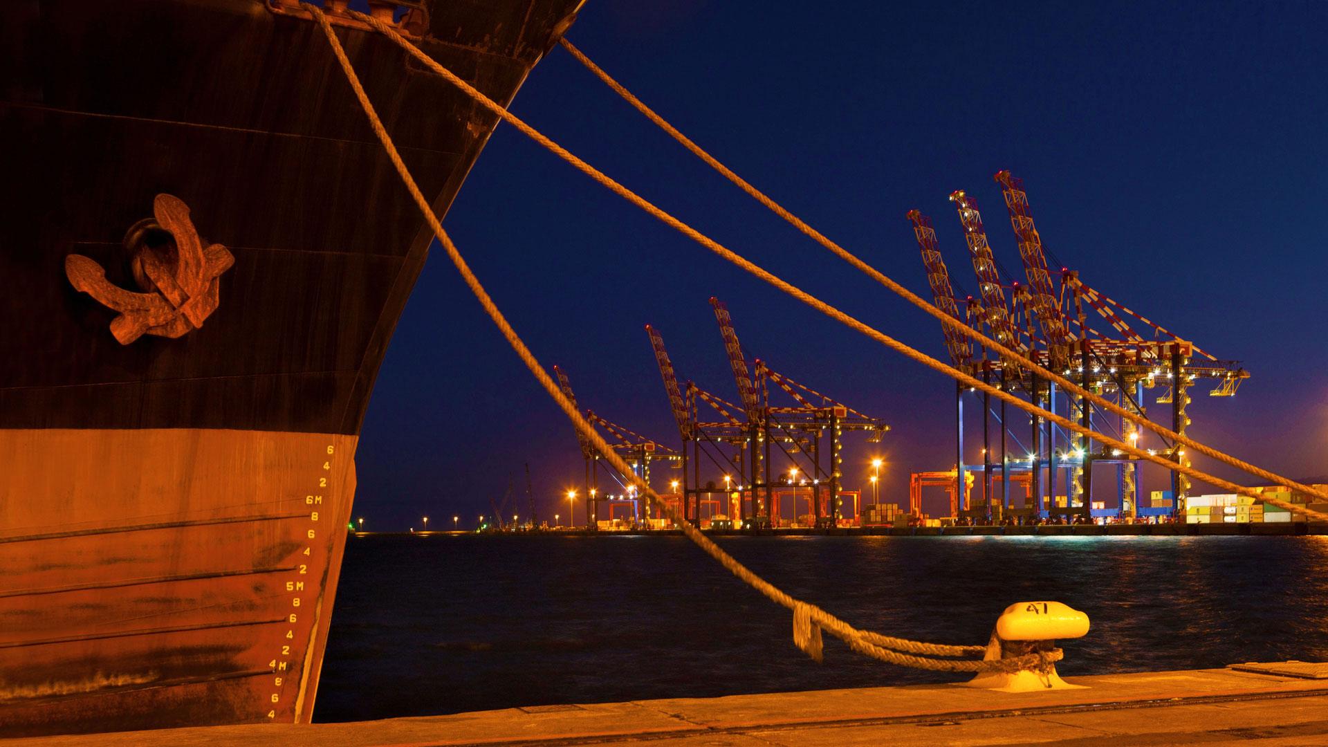 「ケープタウン港」南アフリカ, ケープタウン (© Zero Creatives/Science Photo Library)