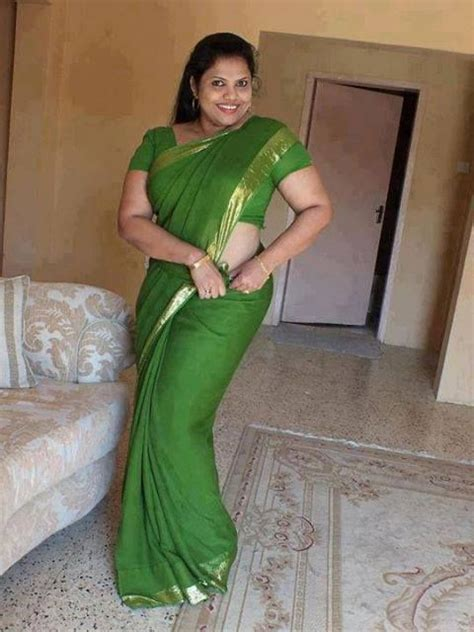 fat aunty lifts her saree to show her picture 9