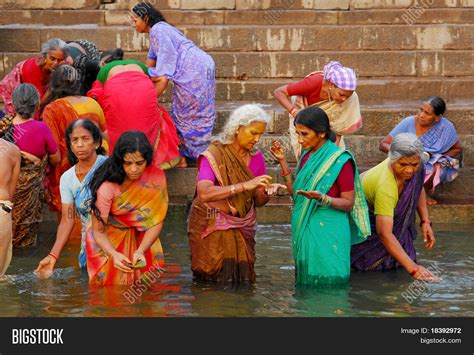 women bath on the gange picture 8