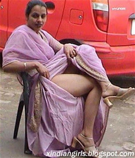 fat aunty lifts her saree to show her picture 12