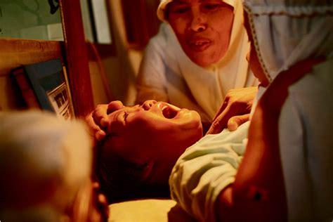 women who mutlite their gentals picture 3