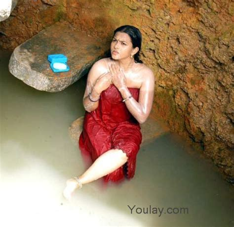shila fat aunty bathing and saree removing pic picture 5