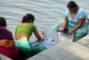 srilanka villege desi aundy taking bath picture 15