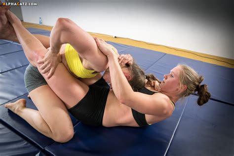 women wrestling sleeper hol picture 8