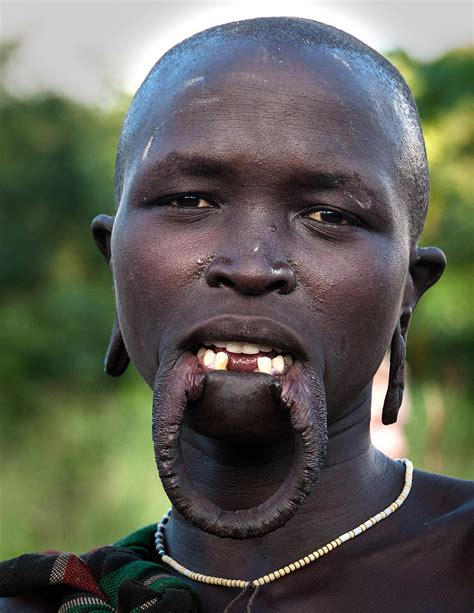 african tribe who use discs in their lips picture 11
