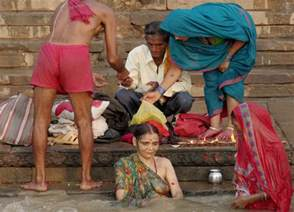 desi women bath on ganga picture 1