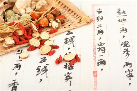 chinese doctors practicing herbal remedies picture 15