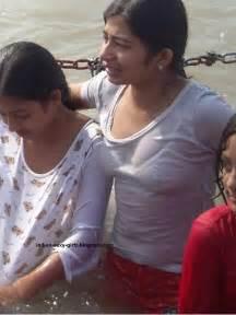 desi women bath on ganga picture 6