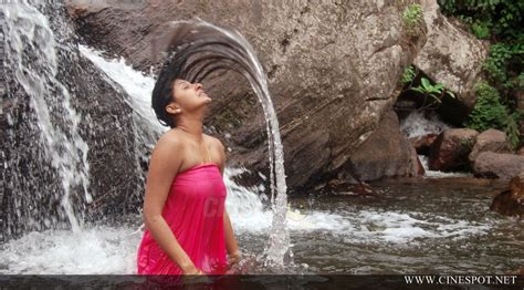 shila fat aunty bathing and saree removing pic picture 2