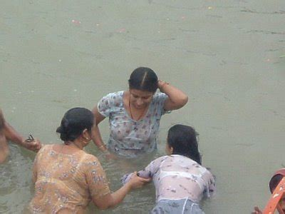 desi aunty outdoor bath mms picture 14