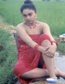 tamil aunty bath in open place picture 3