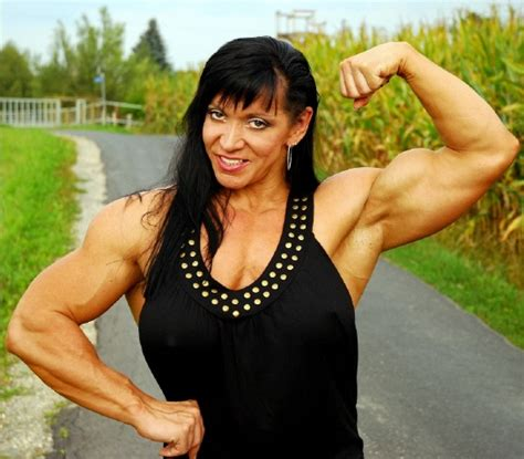 female bodybuilder for muscle posing sessions picture 3