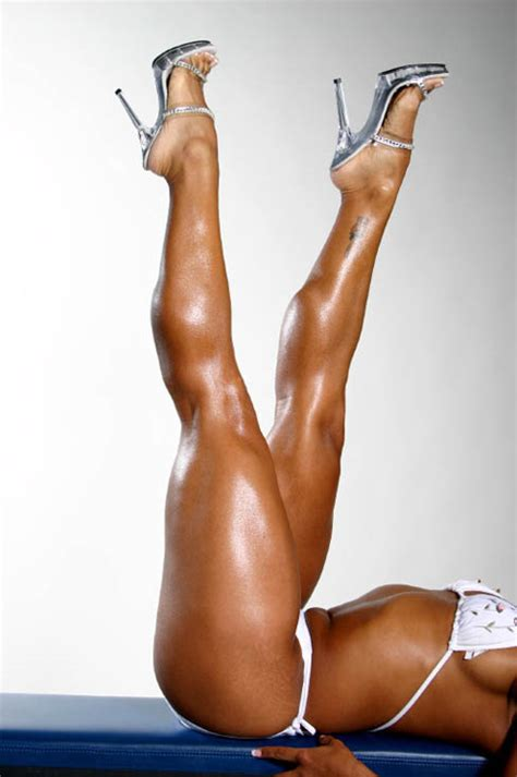 akila pervis ebony muscle picture 3