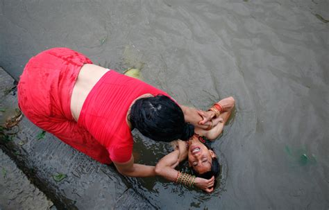 ladies taking bath in holy rivers in xossip picture 2