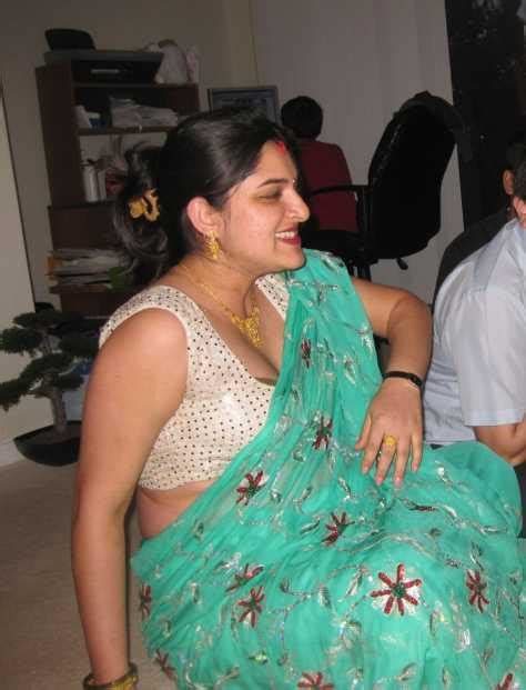 desi aunty showing back body picture 7
