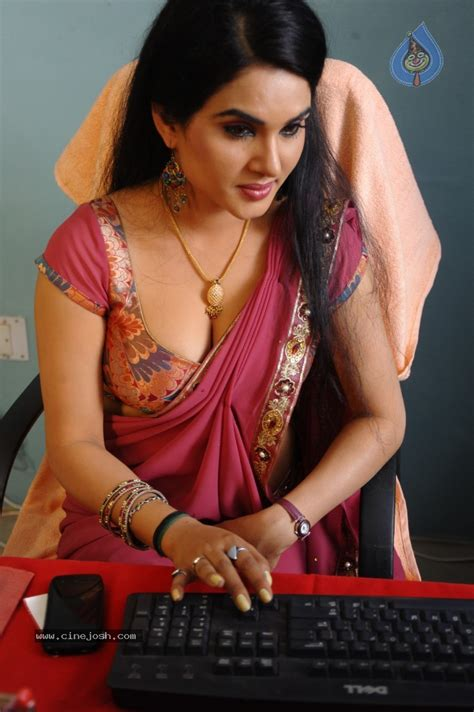 asha sharth hot sex saree side view pose picture 2