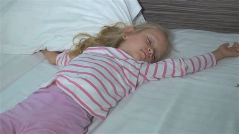 i need to sleep with a little girl. picture 6
