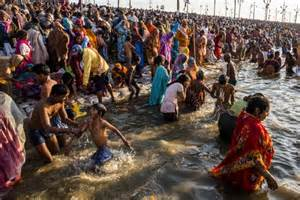 desi women bath on ganga picture 13