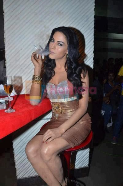 sexy indian women who smoke picture 1