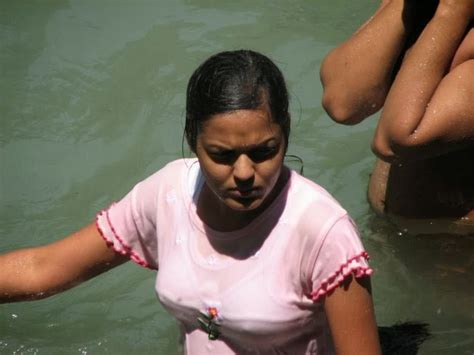 desi women bathing picture 11