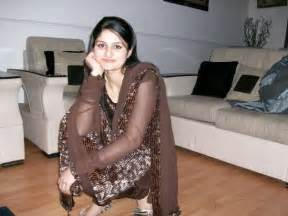 pakistani y aunty using net cyber site picture 13