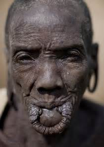 african tribe who use discs in their lips picture 5