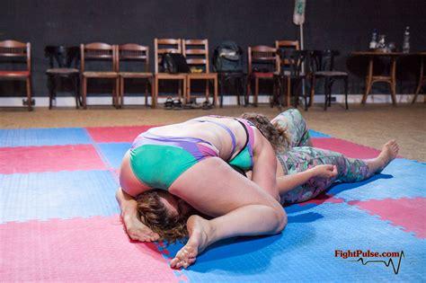 female vs female wrestling headscissors picture 2
