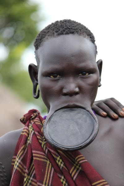 african tribe who use discs in their lips picture 7
