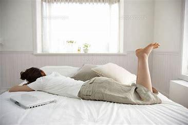 女性 ベッド に対する画像結果