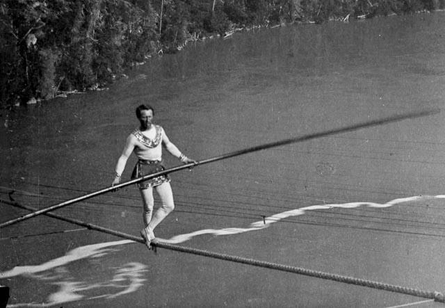 A terrifying tightrope walk conquers the air above Niagara