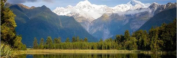 南アルプスの山々が湖面に映るマセソン湖 (ニュージーランド)