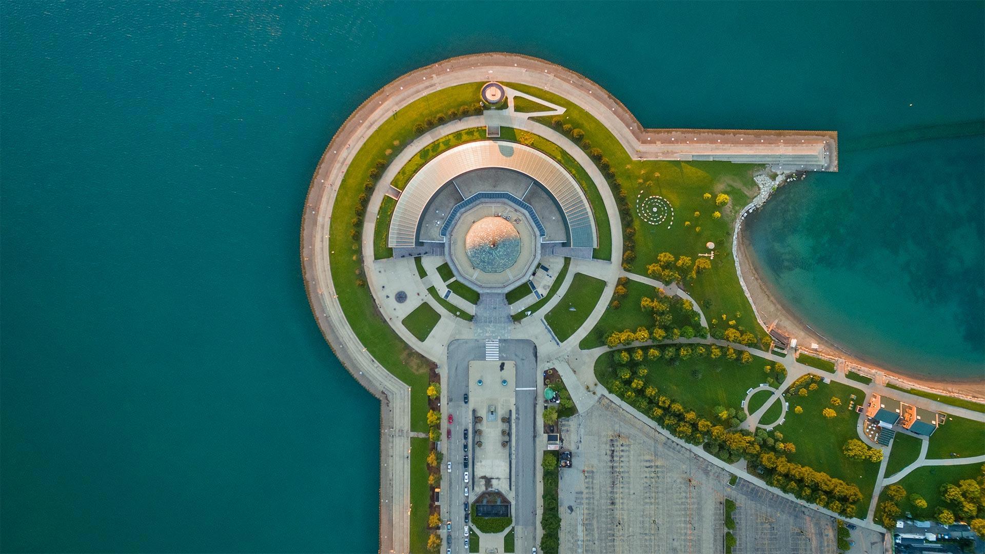 「ミシガン湖近くのアドラープラネタリウム」米国, イリノイ州, シカゴ (© Amazing Aerial Agency/Offset by Shutterstock)