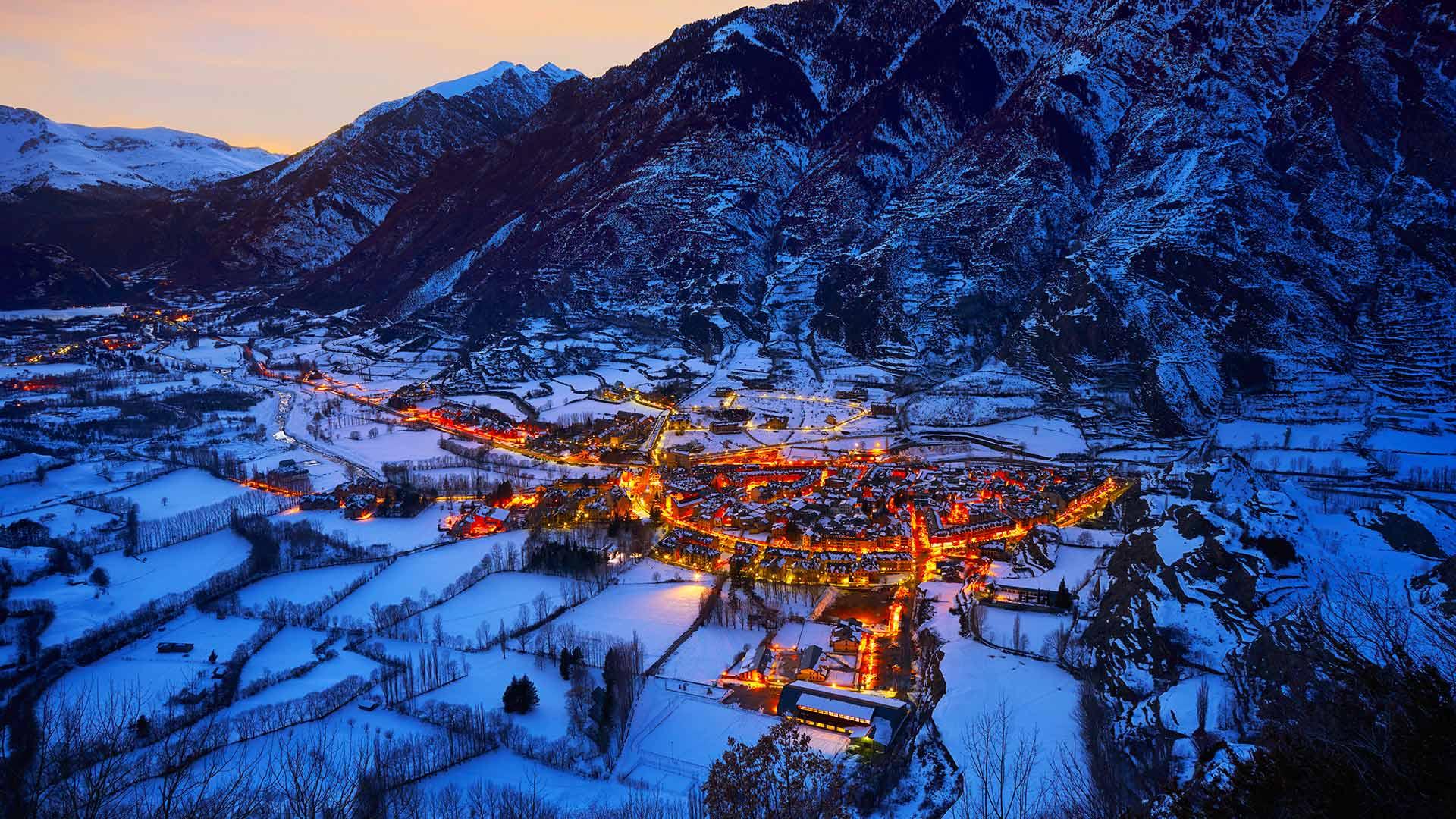 「冬のベナスケ」スペイン, アラゴン州 (© Miscelleneoustock/Alamy)