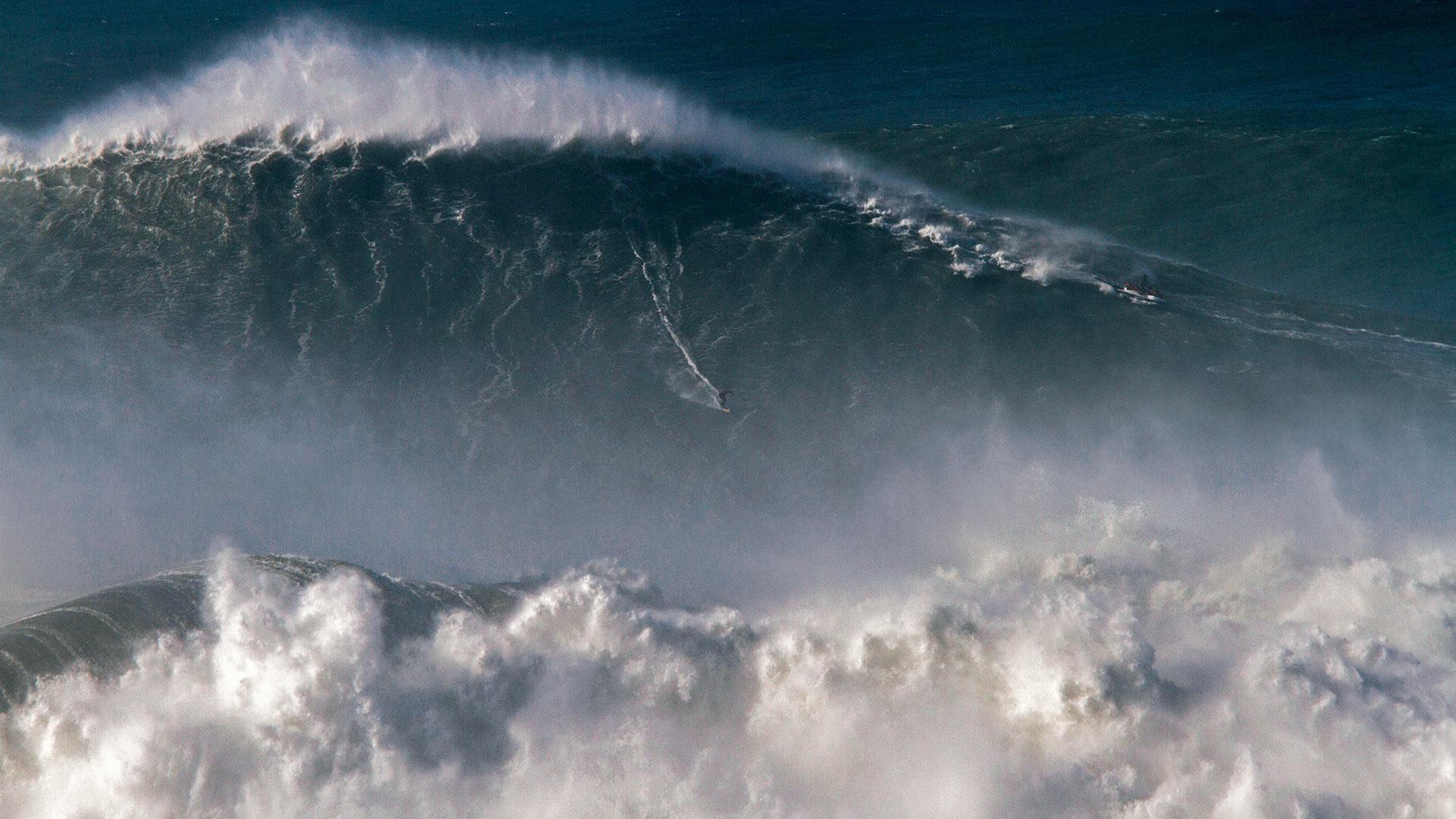 Rodrigo Koxa riding the biggest wave ever surfed, on Nov 8, 2017, off the coast of Nazaré, Portugal (© Pedro Cruz/AP Photo)(Bing United States)