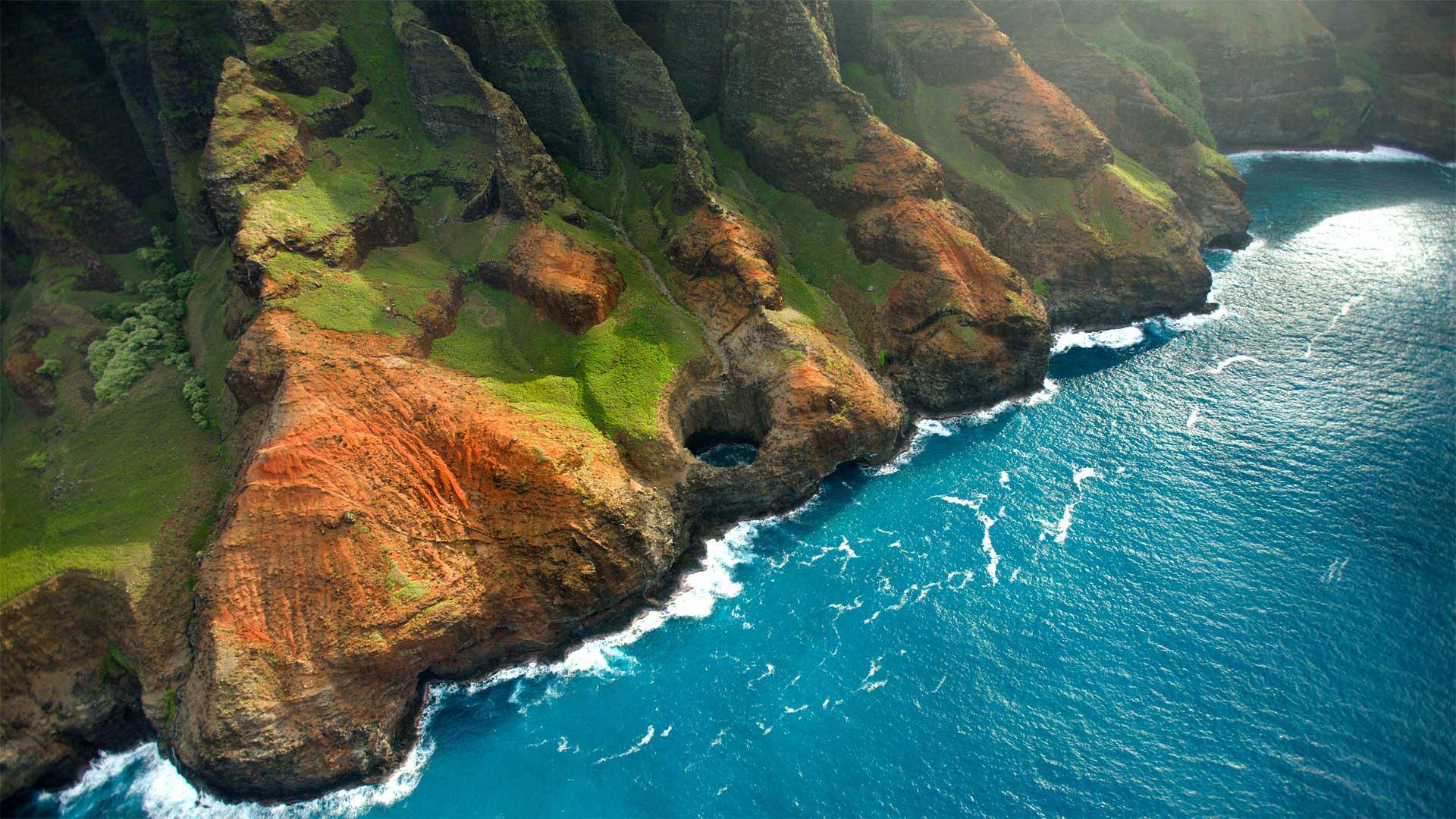 Bright Eye sea cave on the Nā Pali Coast, Kauai, Hawaii (© jimkruger/Getty Images)(Bing United States)