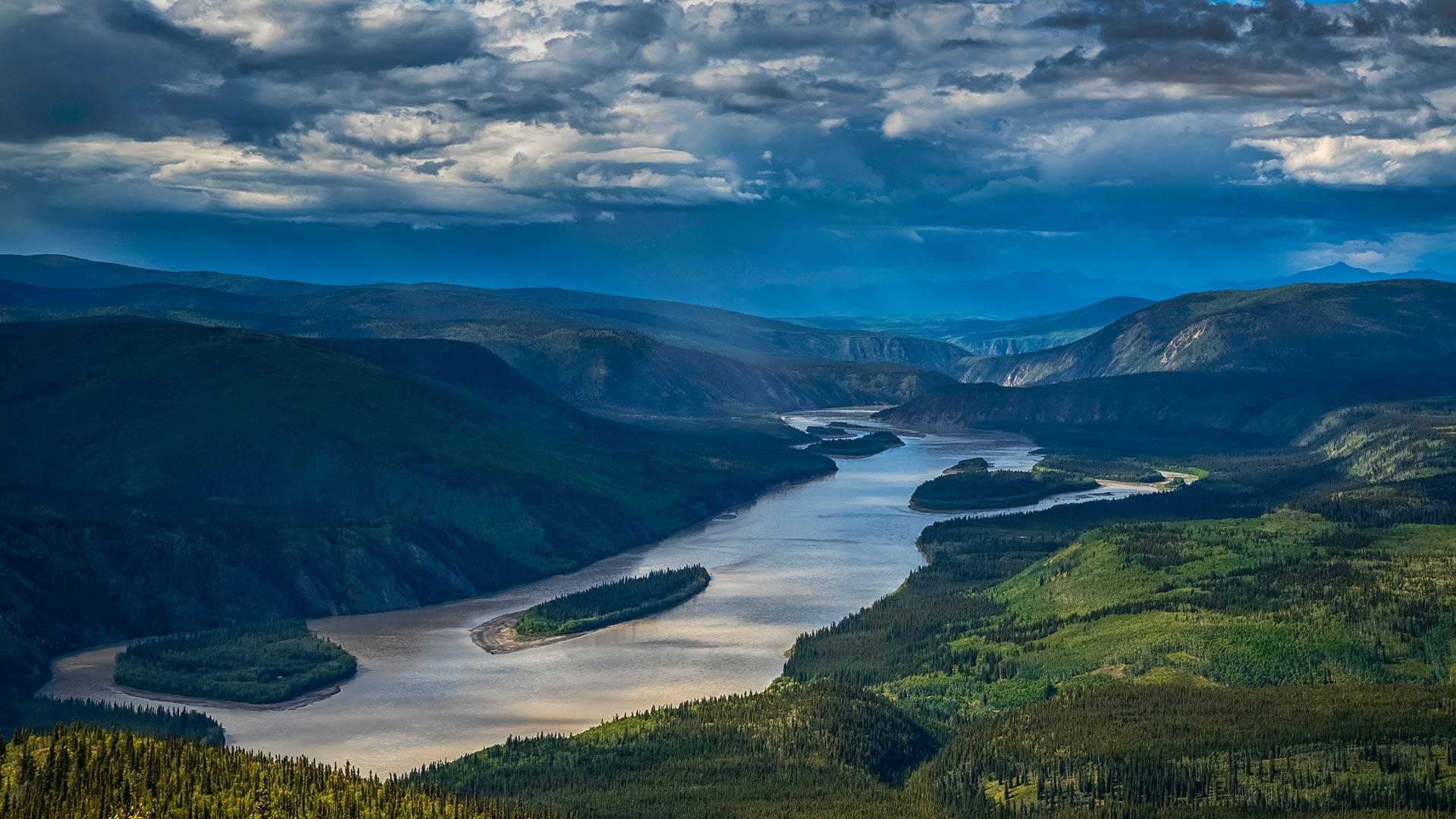 Yukon River viewed from the Midnight Dome, Dawson City, Yukon, Canada (© Robert Postma/Getty Images)(Bing United States)