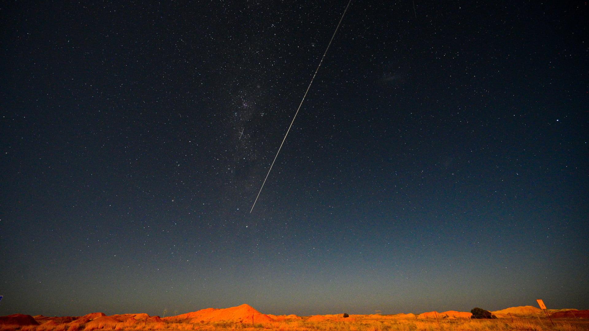 「はやぶさ 2 から切り離されたカプセル落下の瞬間」オーストラリア, ウーメラ (© MORGAN SETTE/Getty Images)