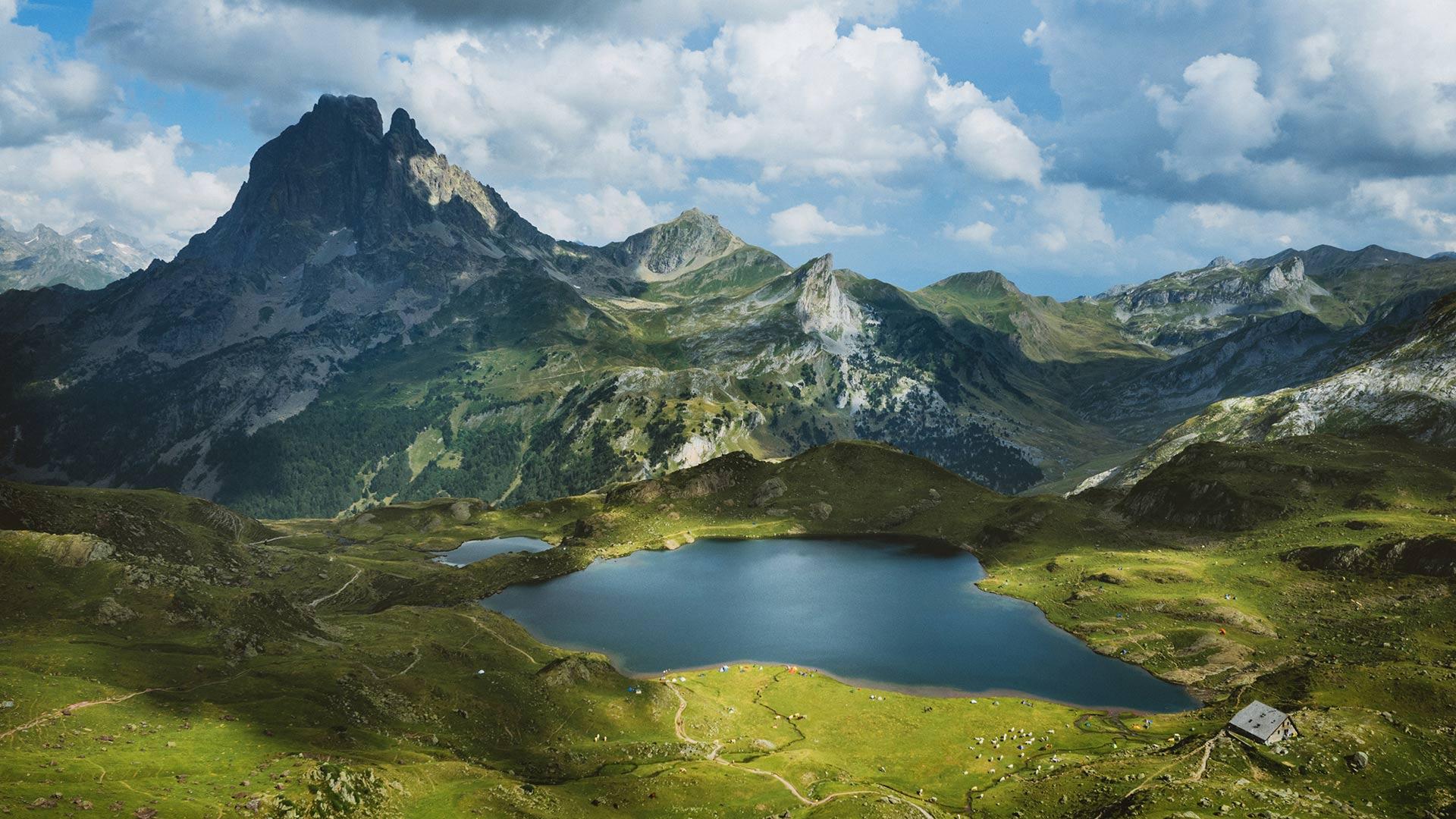 「アユー湖とピック・デュ・ミディ・ドソー山」フランス, ピレネー国立公園 (© Eneko Aldaz/Offset by Shutterstock)