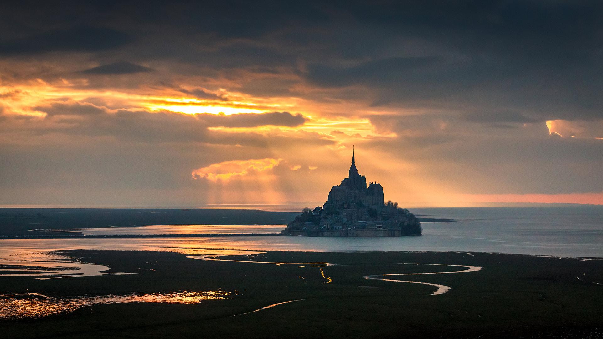 Le Mont Saint Michel dans une lumière fantastique (© Mathieu Rivrin/Getty Images)(Bing France)