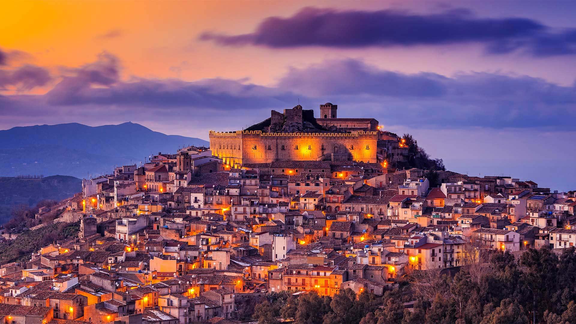 「モンタルバーノ・エリコーナ」イタリア, シチリア州 (© Antonino Bartuccio/SOPA Collection/offset by shutterstock)