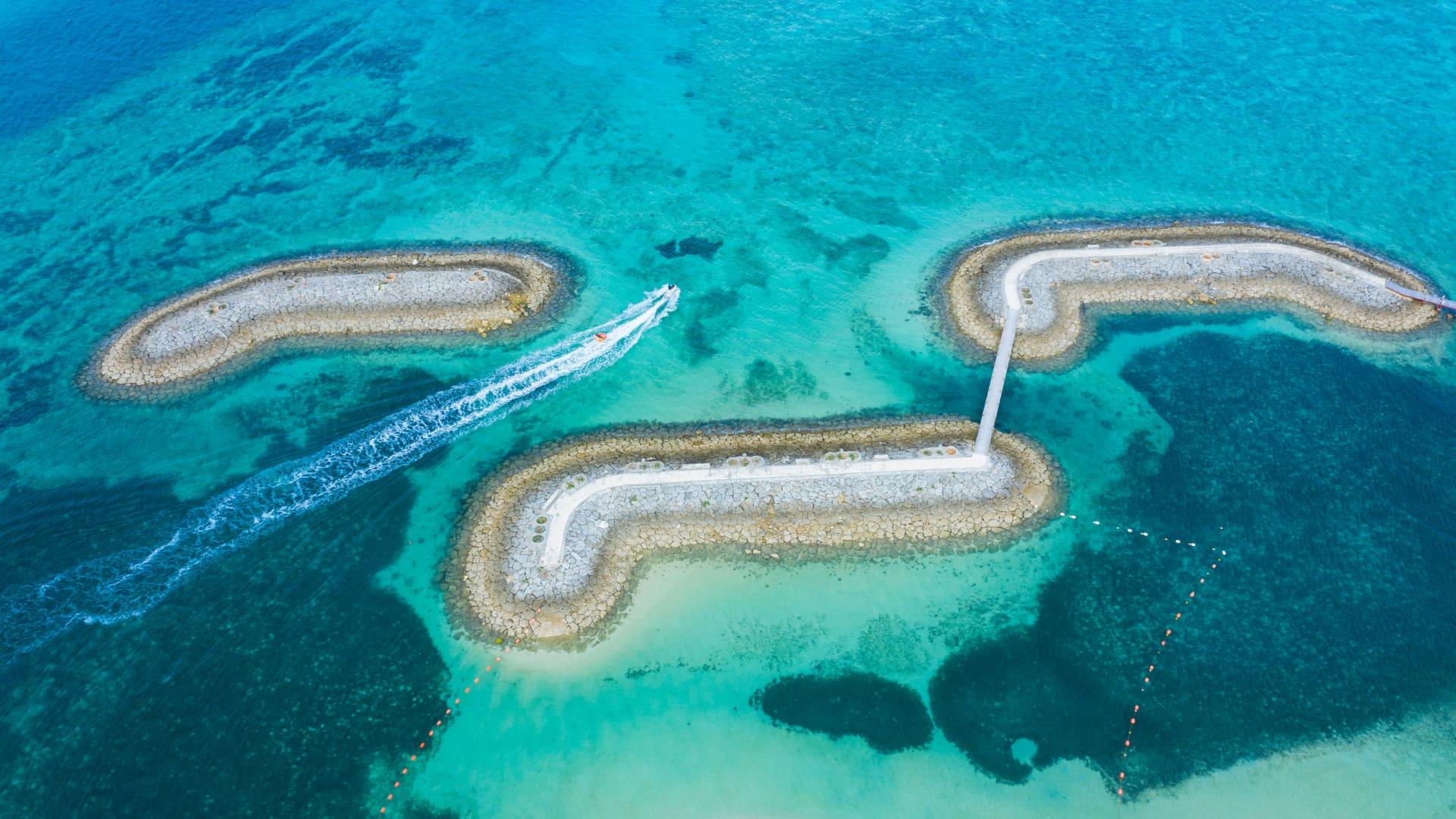 「サンマリーナビーチの桟橋」沖縄 (© kokouu/Getty Images)