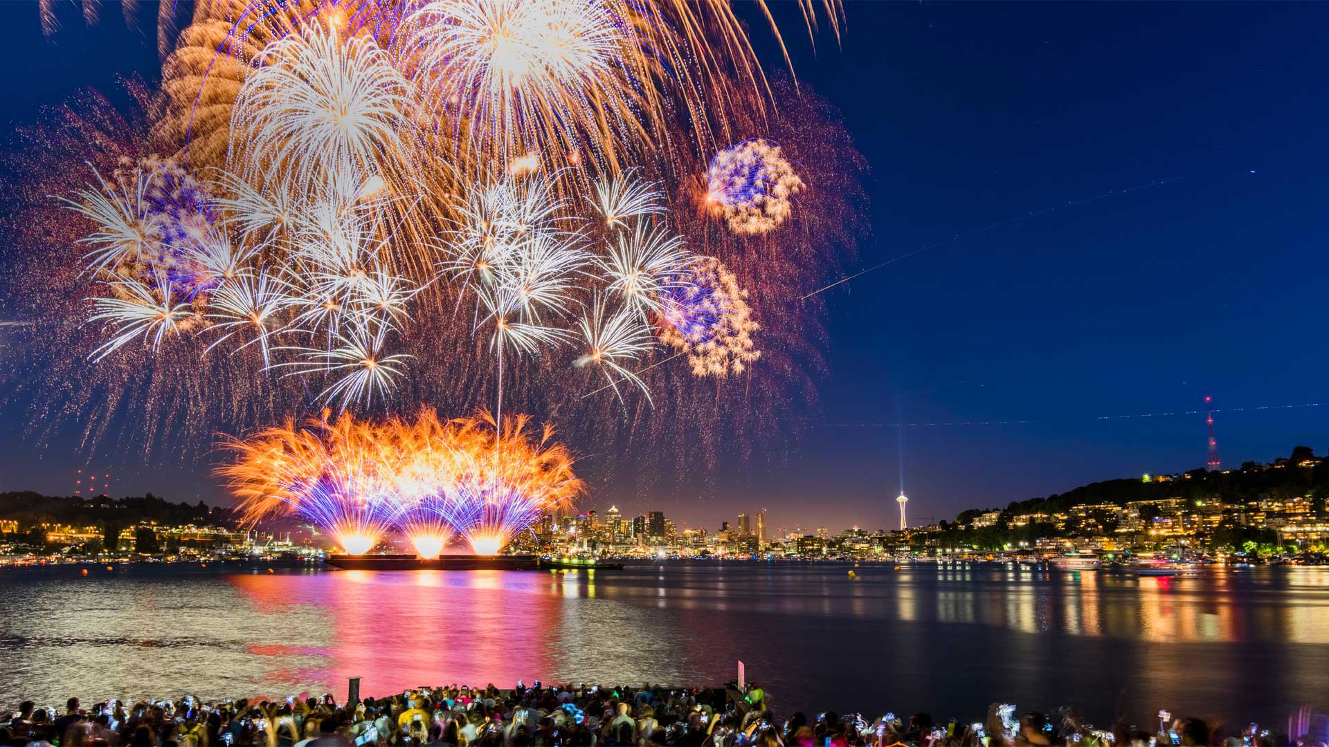 July 4th fireworks over Lake Union, Seattle (© Onest Mistic/Getty Images)(Bing United States)