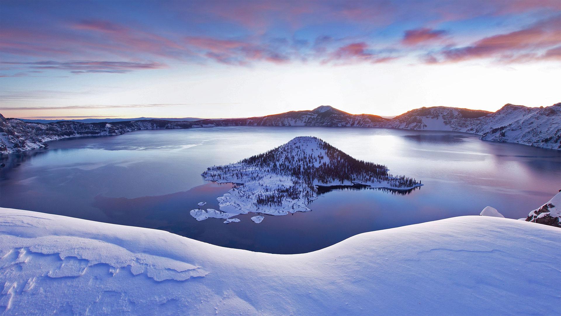 「冬のクレーターレイク国立公園」米国, オレゴン州 (© Steve Bloom Images/Alamy)