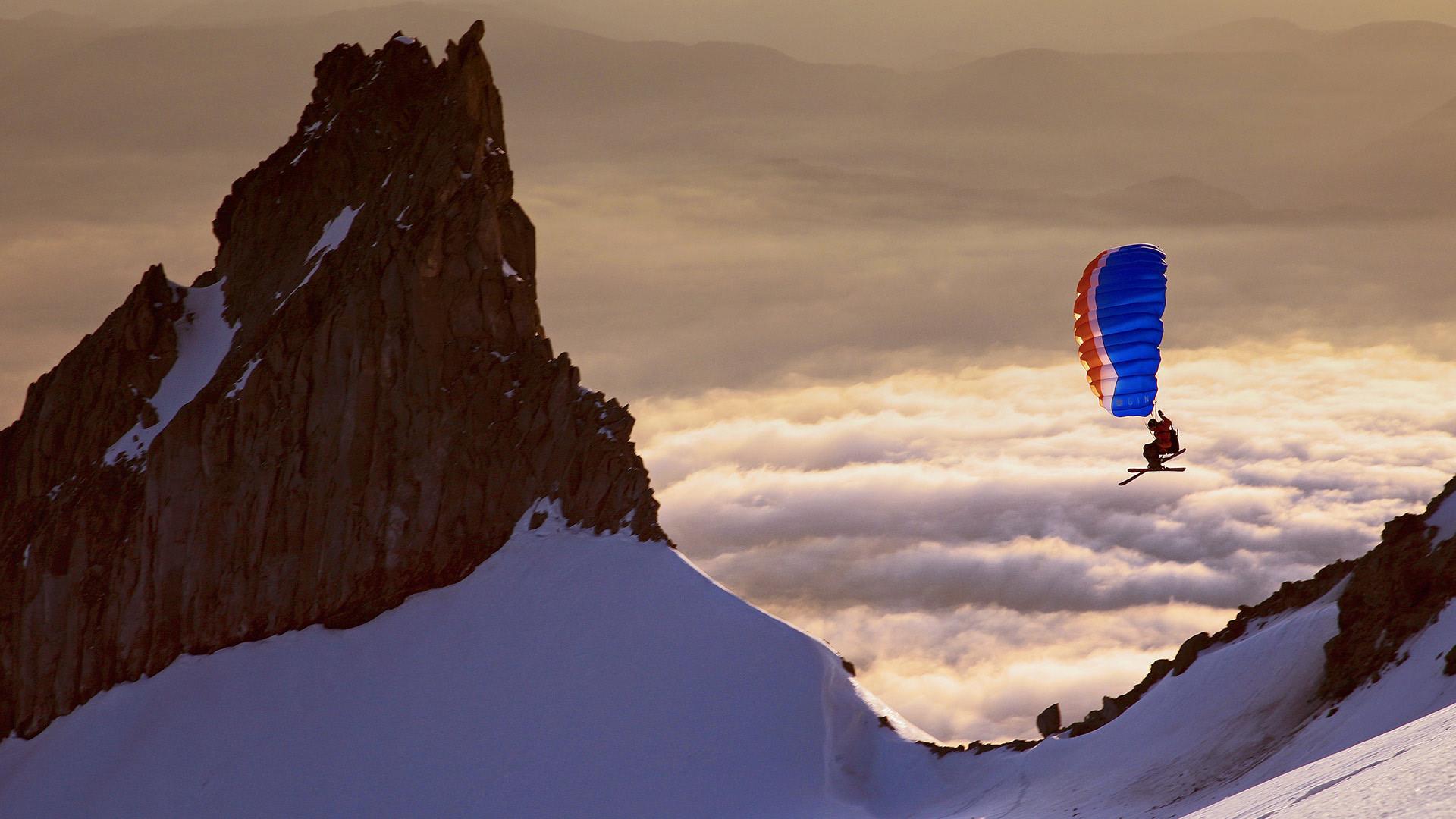 「スキーパラグライダー」米国オレゴン州, フッド山 (© Richard Hallman/DEEPOL by plainpicture)