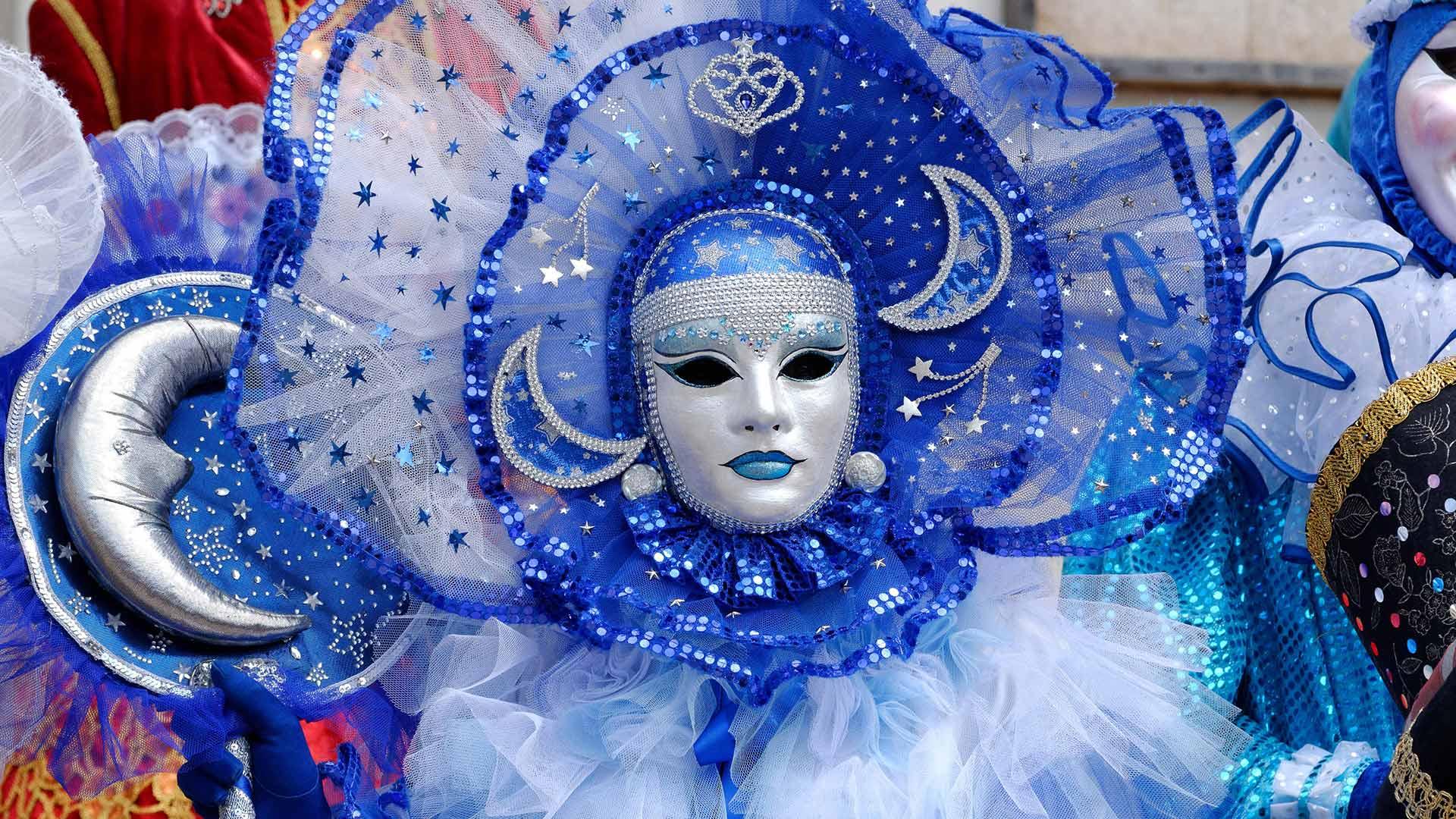 Masque vénitien lors du carnaval vénitien de Mayenne pour Mardi gras, Loire (© Joel Douillet/Alamy Stock Photo)(Bing France)