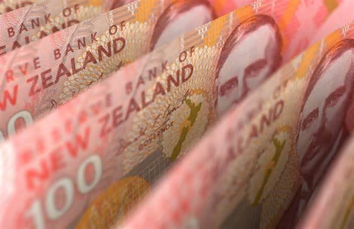 NZD/USD turns south after hitting multi-month tops, below 0.7200